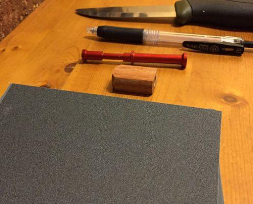 ナイフ、カッターなどの刃物、鉛筆かボールペン、自作キットを用意します。